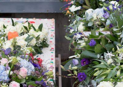 anna-groot-bloemen-op-kist-en-graf-9676