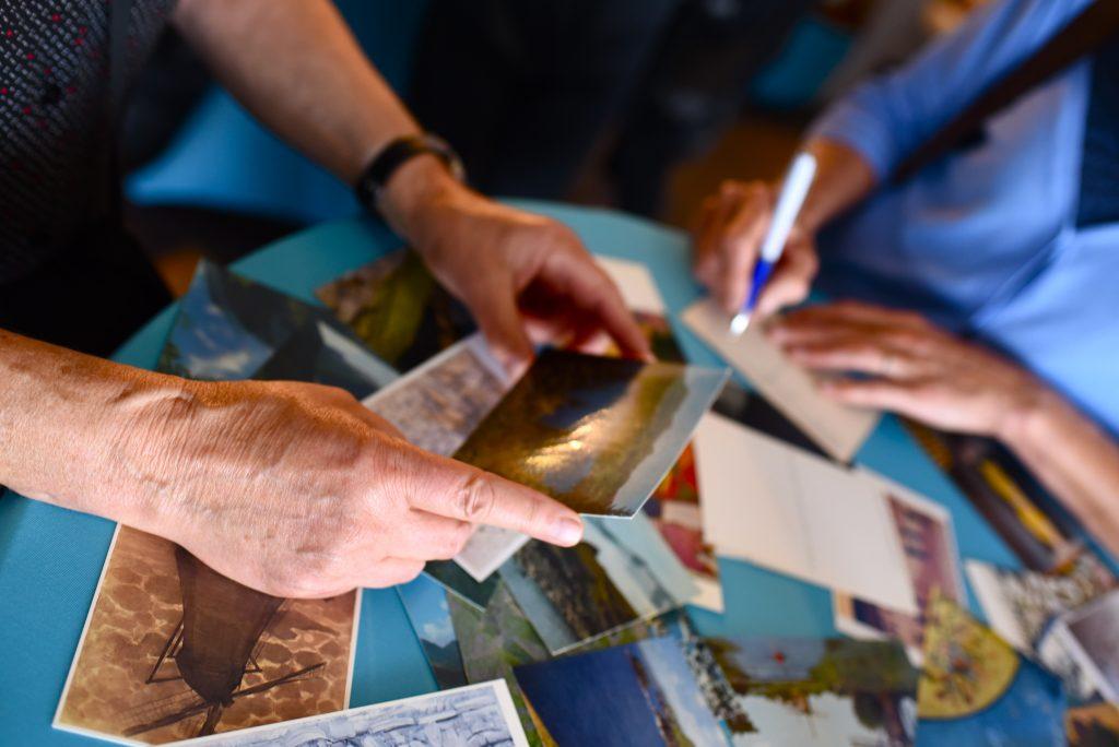 handen met rouwkaarten