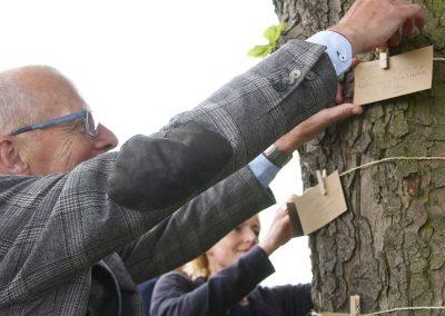 afscheidskaartjes aan boomstam
