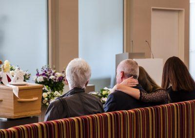 Ilja_Verstraten-familie op de eerste rij in rouwdienst
