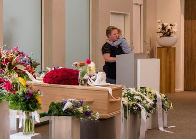 Ilja_Verstraten-spreker met kind in rouwdienst